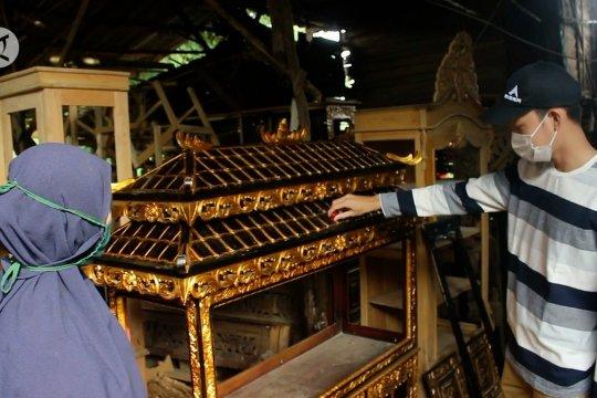 Pengrajin ukiran kayu khas Palembang bertahan dengan penjualan daring