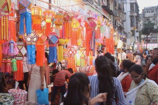 Festival Diwali buat warga Mumbai datangi pasar di tengah pandemi