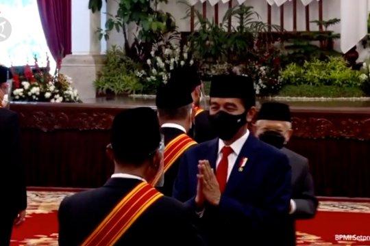 Presiden Jokowi menganugerahkan Tanda Jasa dan Kehormatan kepada 71 tokoh