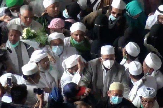 Simpatisan sambut kedatangan Rizieq Shihab di Bandara Soetta