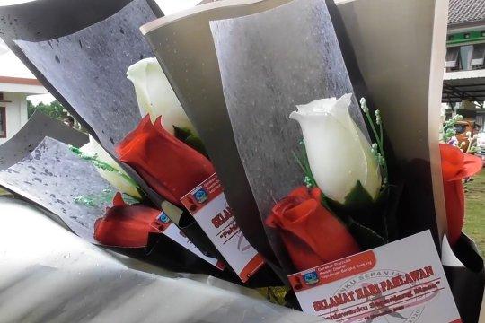 Mawar merah putih untuk pahlawan di masa pandemi