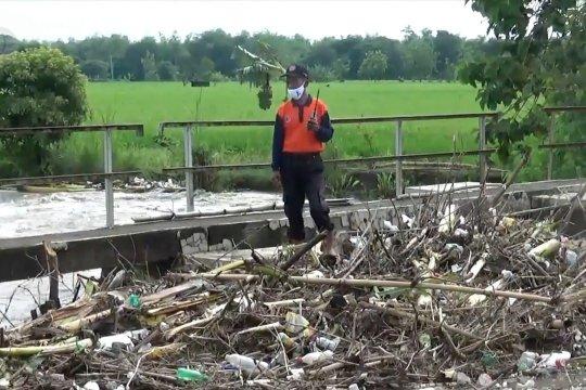 Tumpukan sampah dan pengerjaan tanggul, penyebab banjir Desa Banjarsari Madiun