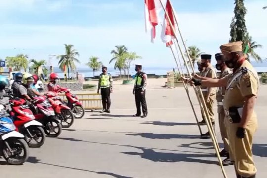 Bersenjatakan bambu runcing, petugas lakukan operasi yustisi di Baubau