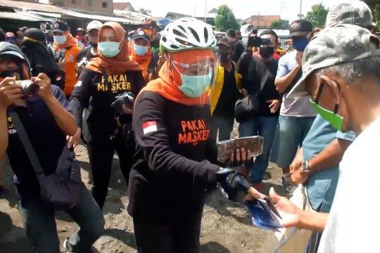 Bersepeda di Jember Khofifah kampanye bermasker dan membeli produk UMKM