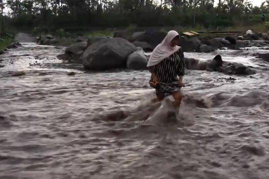 Lahar dingin Semeru putuskan jalan penghubung kecamatan di Lumajang