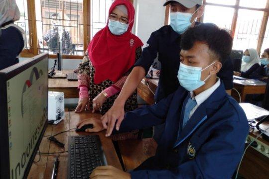 Dukung digitalisasi sekolah, Indonesia Re sumbang komputer