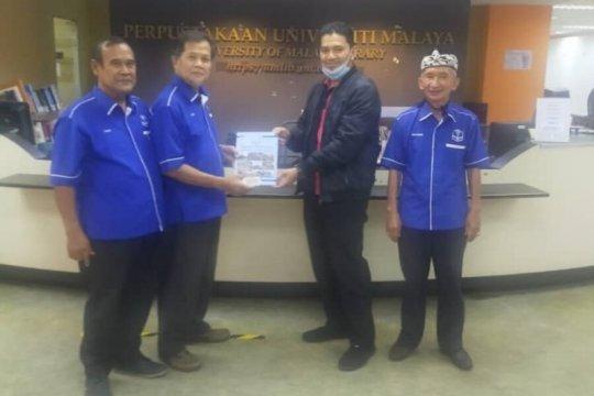 Persatuan Masyarakat Bawean Malaysia serahkan buku ke perpustakaan