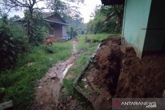 Seratusan kepala keluarga di terpaksa mengungsi akibat longsor