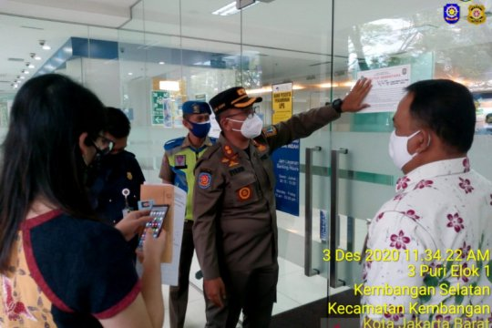 Satpol PP Jakarta Barat tutup Bank BCA Kembangan