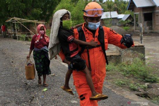 Evakuasi warga korban erupsi Gunung Ili Lewotolok