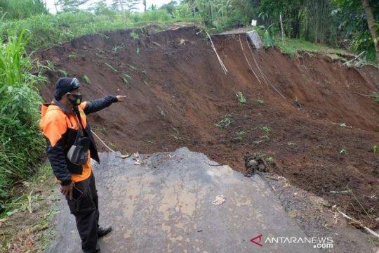 Longsor di Windusari Magelang putuskan jalan penghubung antardesa