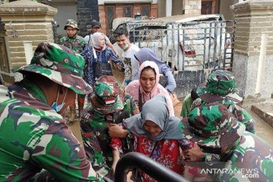 Petugas gabungan evakuasi korban banjir di Deli Serdang