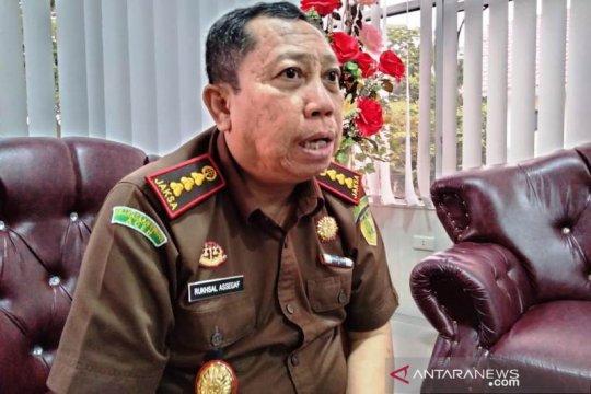 Kejari Aceh Barat serahkan sepucuk pistol hasil kejahatan ke polisi