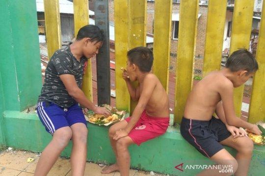 Anak Medan manfaatkan banjir dengan bermain air