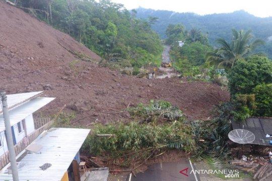 Jalan utama lintas selatan Bandung-Garut di Talegong tertutup longsor