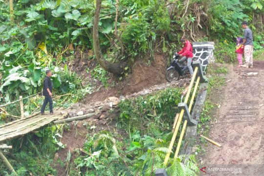 Jembatan ambruk, puluhan kepala keluarga di Cianjur-Jabar terisolasi