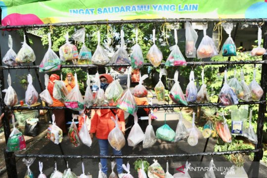 Program Jumat Berkah bagikan 700 paket bahan pangan gratis