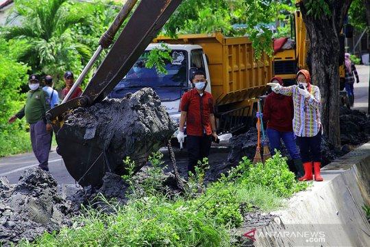 Pemkot Surabaya intensifkan pengerukan drainase antisipasi banjir