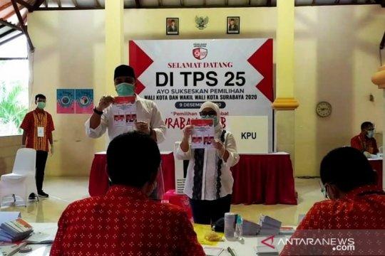 Cawali Surabaya Eri berikan hak suara didampingi istri