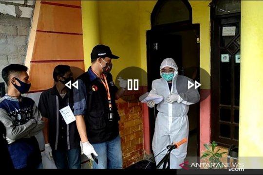 Tujuh pemilih di Desa Kemudi Gresik terpaksa didatangi KPPS dengan APD