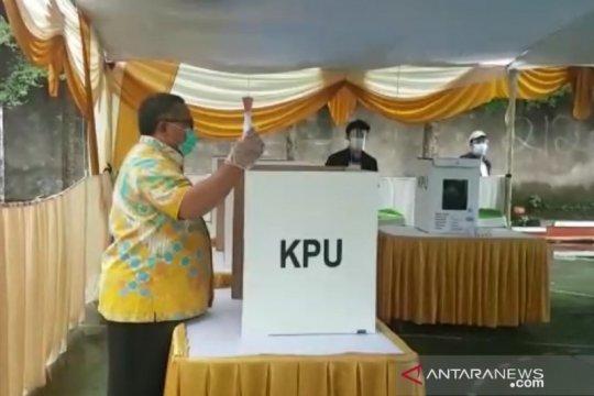 Calon Bupati Sukabumi petahana salurkan suaranya di ruang isolasi