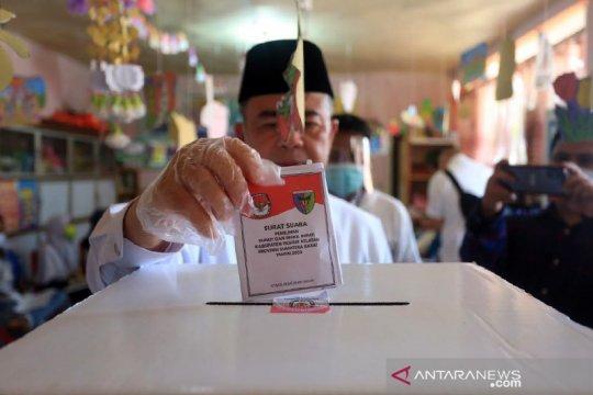 Cagub Sumbar Nasrul Abit mencoblos di kampung halaman Pesisir Selatan