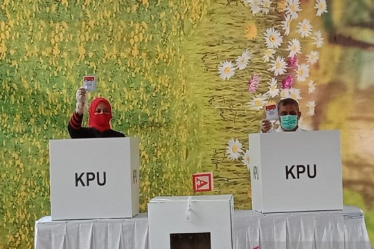 3 calon Bupati Jember salurkan hak pilihnya ditemani keluarga