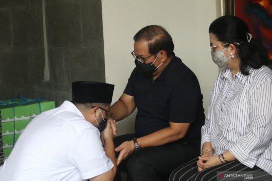 Sungkem putra Pramono Anung sebelum pencoblosan