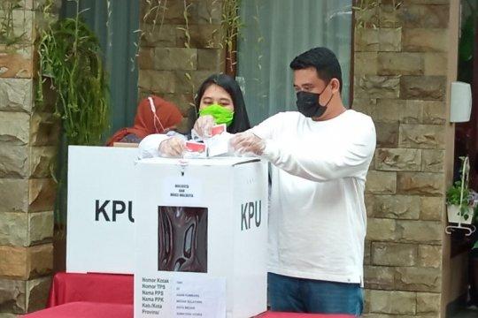 Pilkada Medan, Bobby Nasution dan Kahiyang Ayu mencoblos di TPS 022