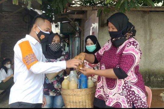 TPS unik Lampung bagikan jamu bagi warga tarik partisipasi masyarakat