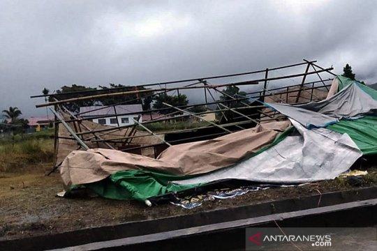 Sejumlah tenda TPS di Sumsel sempat ambruk diterjang angin