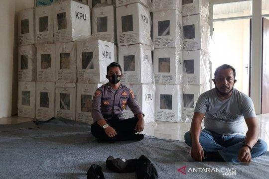 Polisi jaga gudang logistik PPK usai pemungutan suara