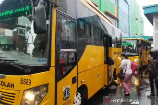 141 pasien COVID-19 Jakarta dievakuasi dengan bus sekolah
