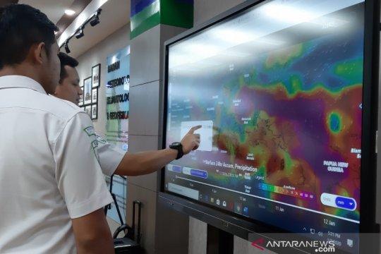Hujan ringan disertai petir dominasi cuaca di Jakarta Kamis siang