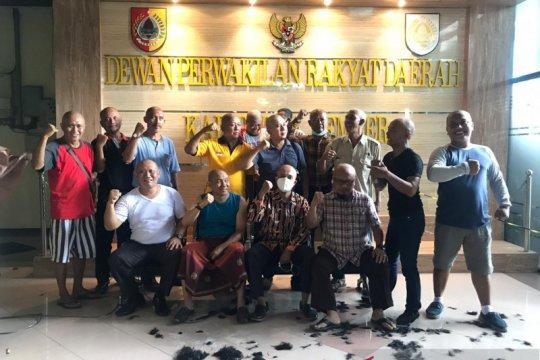 Anggota DPRD Jember cukur gundul setelah petahana kalah dalam pilkada