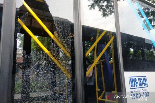 TransJakarta periksa CCTV pelemparan batu pada busnya di Halte SMK 57