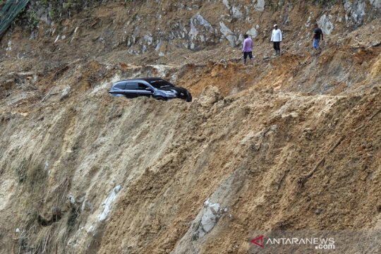 Jalur alternatif Padang - Bukittinggi via Malalak longsor