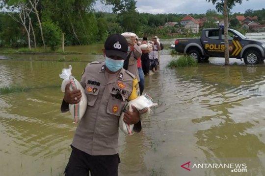 Polres Sampang bagikan 10 ton beras kepada korban banjir