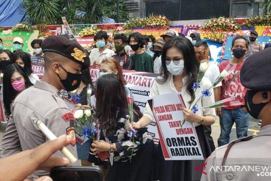 Dukung Polda Metro Jaya, puluhan perempuan gelar aksi bagikan bunga