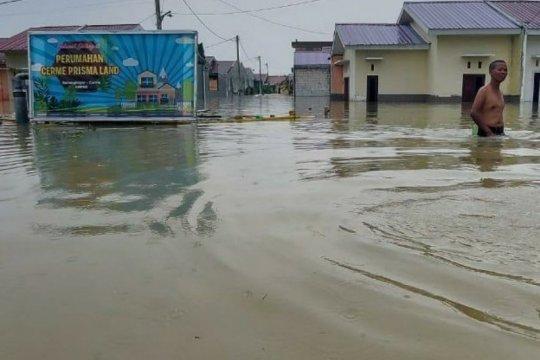 Warga perumahan di Gresik mengungsi akibat banjir