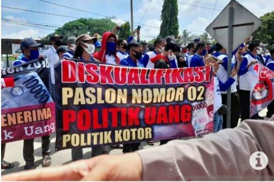 Puluhan orang tuntut KPU Lampung Tengah diskualifikasi Musa-Dito