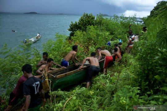 Nelayan selamatkan perahu