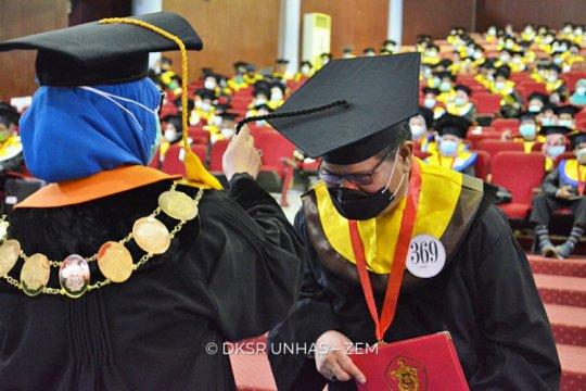 Prof Dwia kukuhkan Rektor UNM sebagai wisudawan Unhas