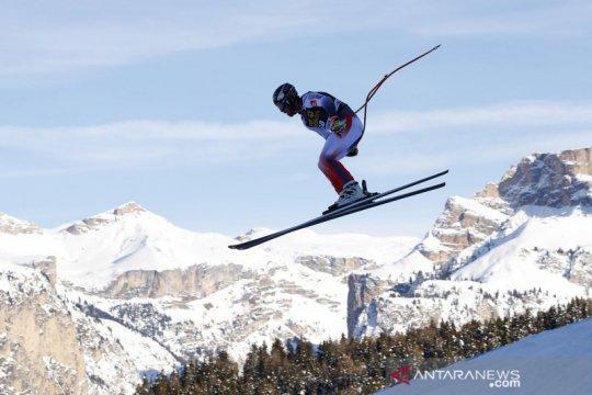 Aksi atlet ski di ajang Alpine Skiing