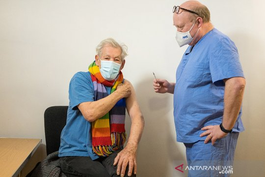 Ian McKellen pemeran Gandalf pamer divaksin