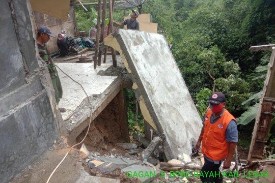 BPBD Banten evakuasi warga korban longsor di Lebak