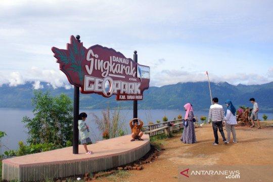 Menikmati panorama Danau Singkarak dari puncak Aur Sarumpun