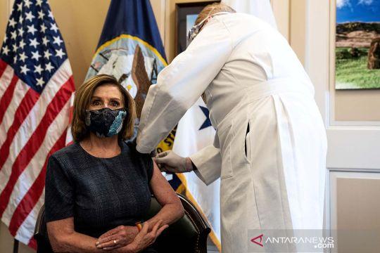 Wakil Presiden dan Ketua DPR AS disuntik vaksin COVID-19