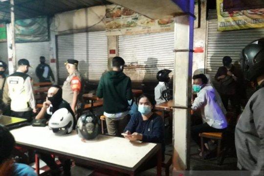 Pemburu COVID-19 intensifkan tes cepat pedagang di Pasar Kramat Jati
