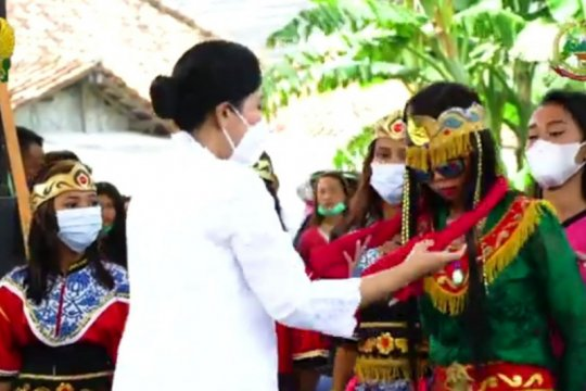 Ketua Umum Persit KCK apresiasi pelestarian seni Sintren di Indramayu